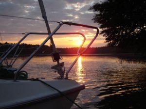 jacht na jeziorze w maju