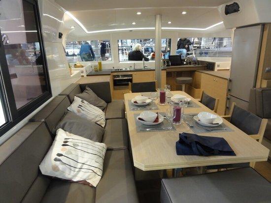 Katamaran ma zarówno w środku jak i na pokładzie wiele miejsce. Dobrym miejsce by spróbować czarter katamaranów jest Chorwacja i Grecja.