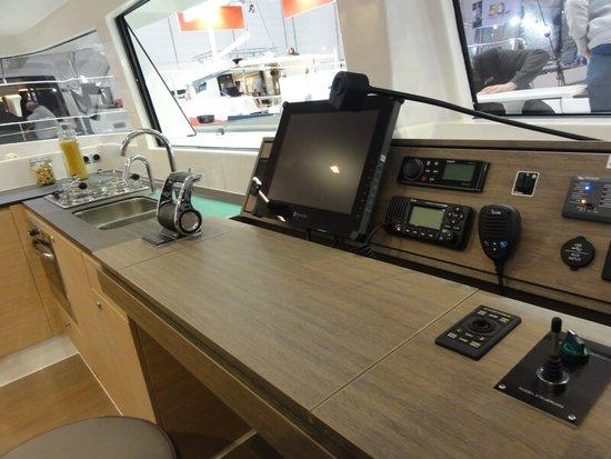 Na katamaranie można sterować jachtem na silniku i gotować jednocześnie! Czarter jachtów Grecja to świetny pomysł na wypoczynek.
