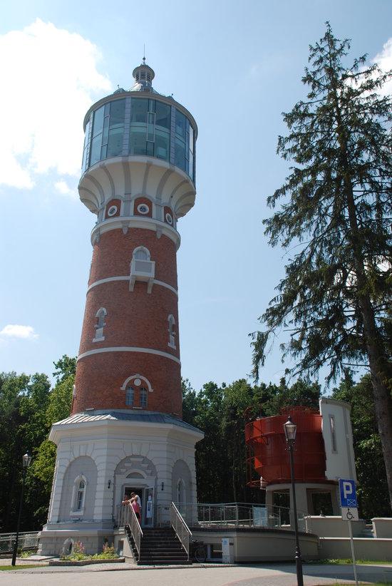 Miasto Pisz - atrakcje turystyczne. Odremontowana wieża ciśnień mieści taras widokowy i restaurację