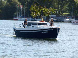 Kabinowy jacht motorowy Laguna 700 Cruiser to idealny wybór dla rodziny. Kabinowa motorówka, houseboat Mazury.