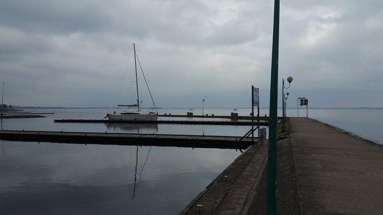 Giżycko - port Dalba. Jacht Phila 900 jest jedynym w porcie. Marzec 2017 r.
